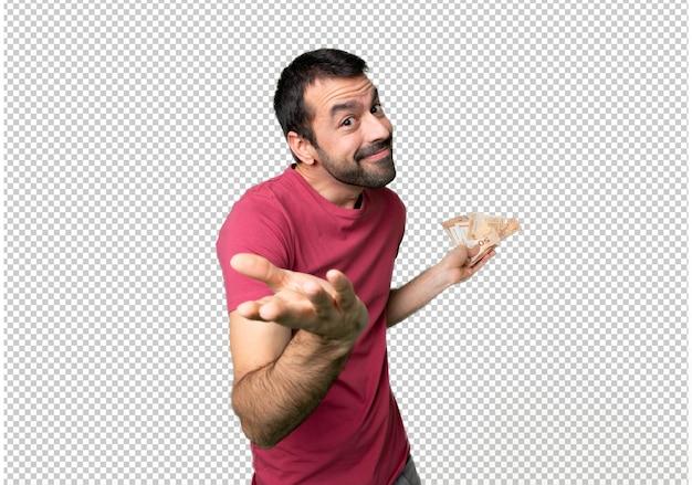 L'uomo prende un sacco di soldi facendo un gesto poco importante mentre solleva le spalle
