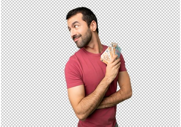 L'uomo prende un sacco di soldi guardando oltre la spalla con un sorriso
