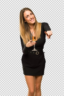 La donna con champagne che celebra il nuovo anno 2019 punta il dito voi mentre sorride