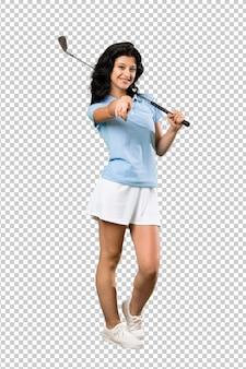 La giovane donna del giocatore di golf indica il dito voi con un'espressione sicura