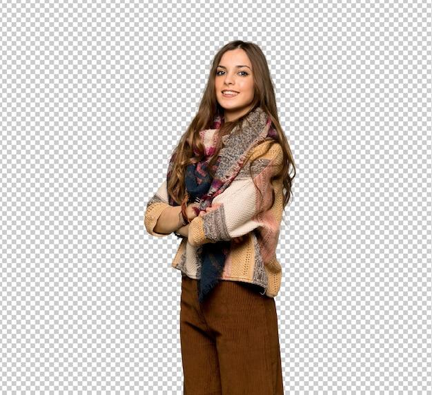 La giovane donna di hippy con le braccia ha attraversato e guardare in avanti