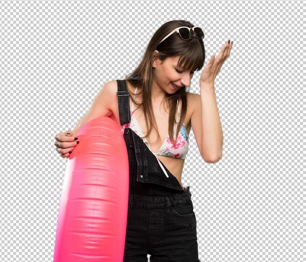 La giovane donna in bikini ha realizzato qualcosa e intendendo la soluzione