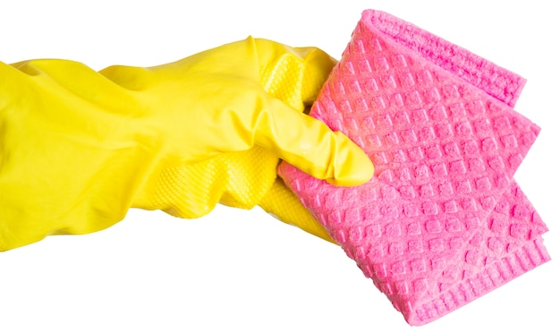 La mano in un guanto di gomma giallo contiene uno straccio per la pulizia rosa