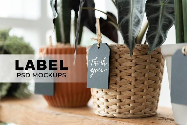 Label mockups psd op planten in een bloemenwinkel