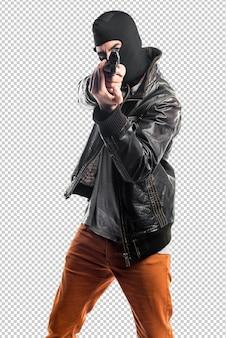 Ladrón disparando con una pistola.