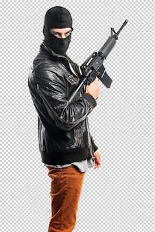 Ladrón sosteniendo un rifle