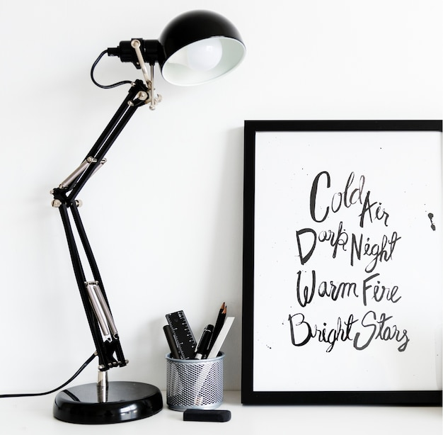 Lámpara negra con caja de papelería