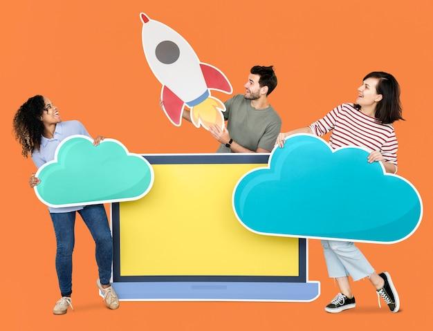 Lanzamiento del concepto de almacenamiento e innovación en la nube con un icono de cohete