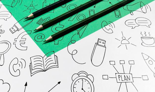 Lápices de alta vista y garabatos concepto de escritorio knolling