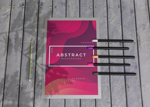 Lápices de colores y folletos de acuarela marca empresa papel de maqueta de negocios