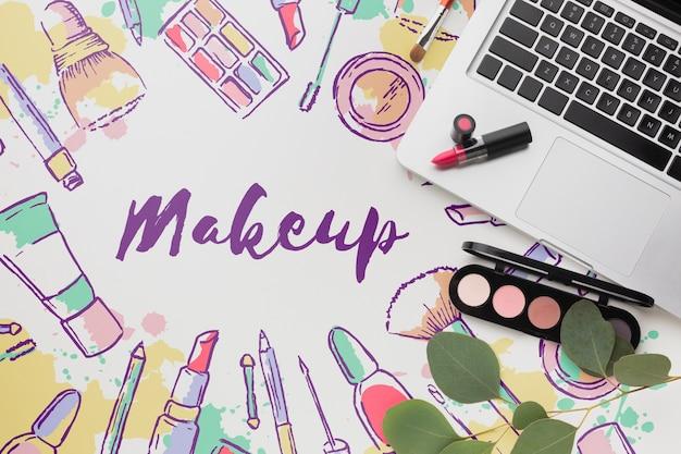 Lápiz labial y paleta de maquillaje en la mesa