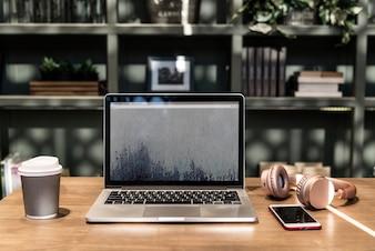 Laptop em um espaço de coworking