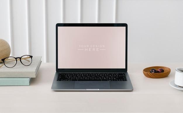 Laptop en houten tafel