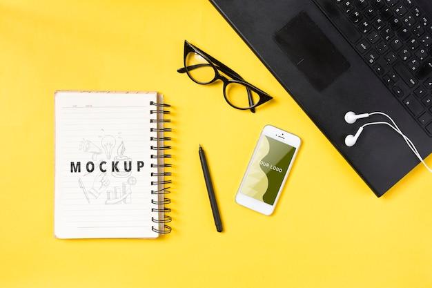Laptop en notitieboekje op bureauconcept