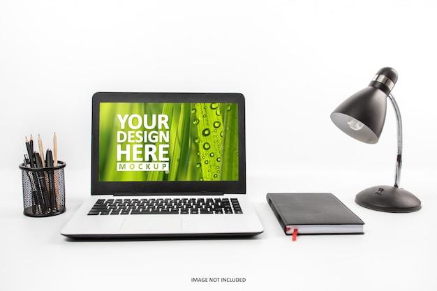 Laptop en maqueta de espacio de trabajo