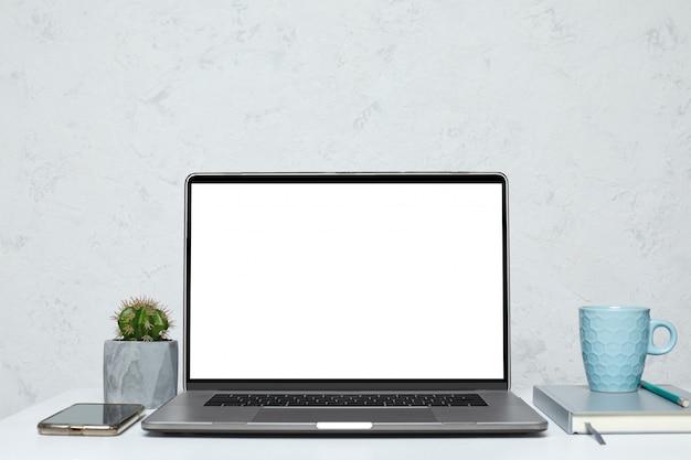 Laptop met leeg leeg scherm
