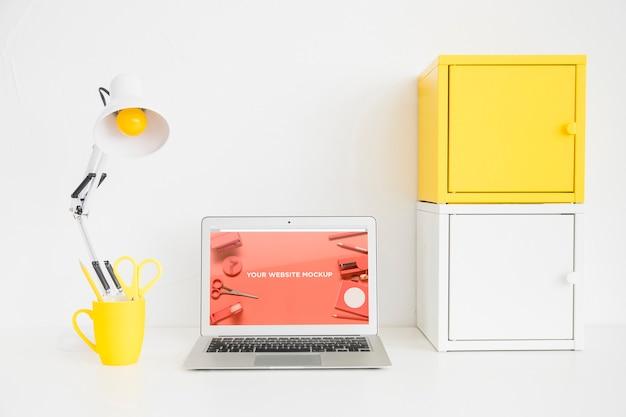 Laptop met mockup-scherm in schone en opgeruimde werkruimte. onderwijs thema