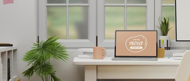 Laptop met mockup-scherm op computertafel naast het raam