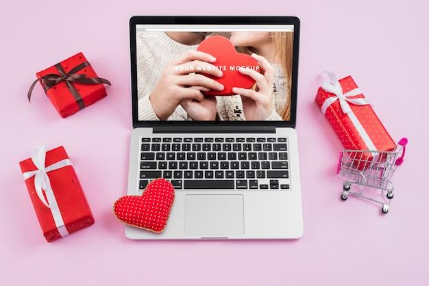 Laptop mockup met de elementen van de valentijnskaartendag