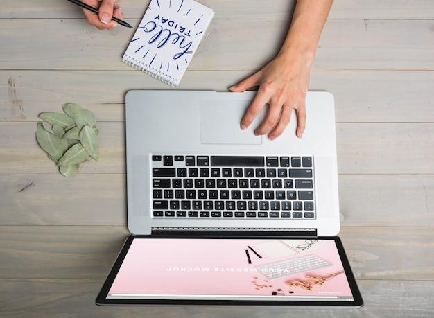 Laptop mockup met persoon het typen op toetsenbord
