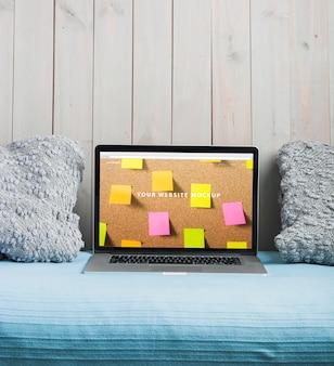 Laptop mockup op bed