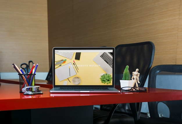 Laptop mockup op bureau