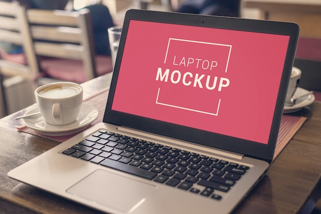 Laptop mockup op coffeeshop bureau.