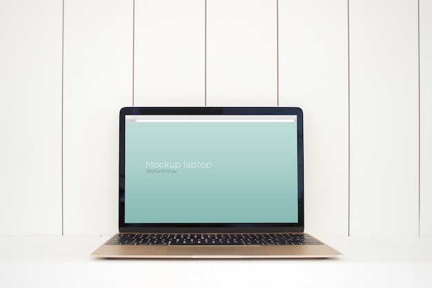 Laptop mockup op tafel