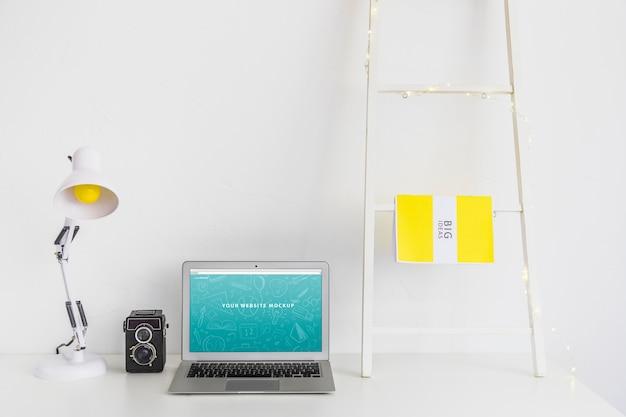 Laptop mockup voor websitepresentatie met terug naar schoolconcept