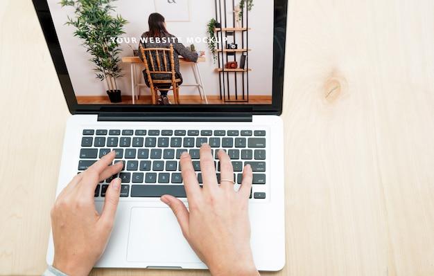 Laptop model met vrouw die thuis werkt
