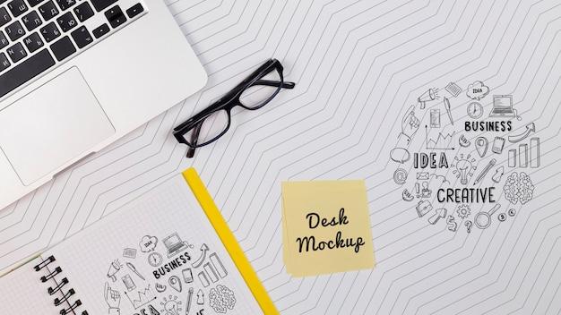 Laptop con notebook en el espacio de trabajo