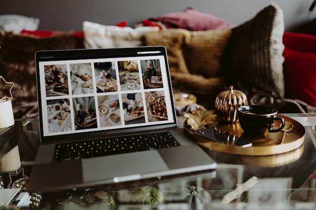 Laptop op een glazen tafel met een foto-feed