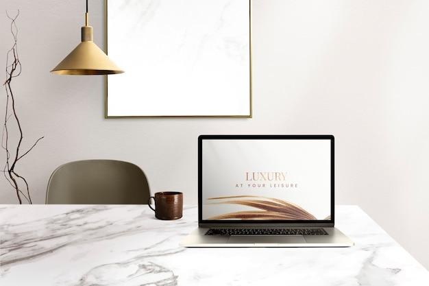 Laptop scherm mockup psd op een bureau luxe thuiskantoor zone