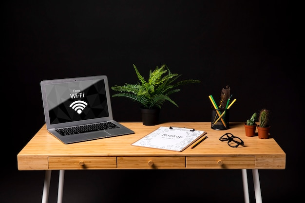 Laptopmodel op kantoor