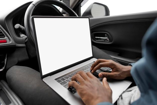 Laptopschermmodel in een nieuwe zelfrijdende auto psd