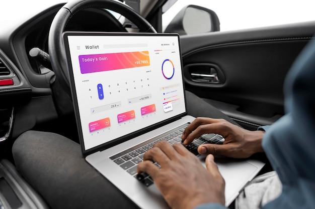 Laptopschermmodel met app voor online bankieren in een zelfrijdende auto psd