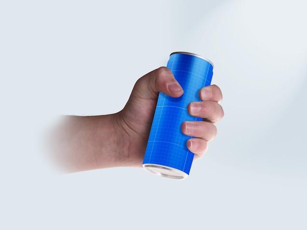 Lata de bebida en la mano