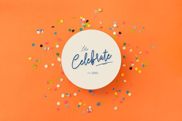 Laten we vieren, afgerond kaartmodel met confetti. 3d-weergave