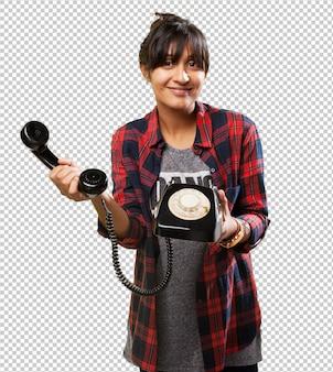 Latijns meisje dat op telefoon spreekt