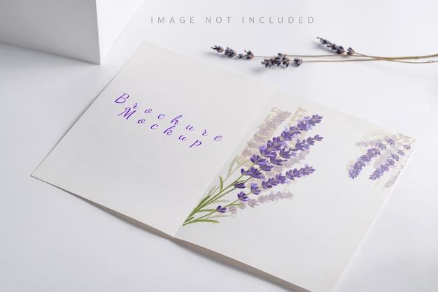 Lavendelbloemen en papieren kaartmodel