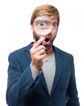Lavoratore a giocare con una lente di ingrandimento