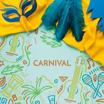 Lay flat de coloridas plumas de carnaval y máscara