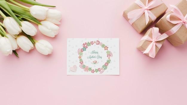 Lay piatto di carta con tulipani e regali