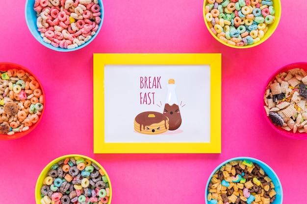Lay piatto di ciotole di cereali e cornice con sfondo rosa