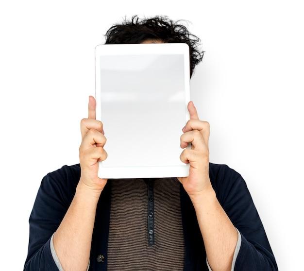 Le mani tengono lo spazio della copia della compressa di digital