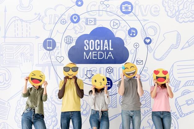 Le persone con emoji affrontano i social media