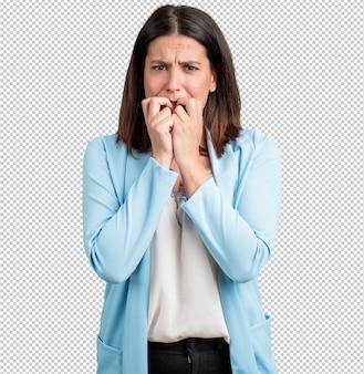 Le unghie mordaci della donna di mezza età, nervose, molto ansiose e impaurite per il futuro, provano panico e stress