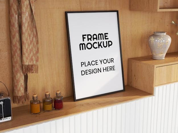 Leeg fotolijstmodel op het bureau