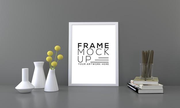 Leeg framemodel met bloemenvazen en boeken donkere achtergrond