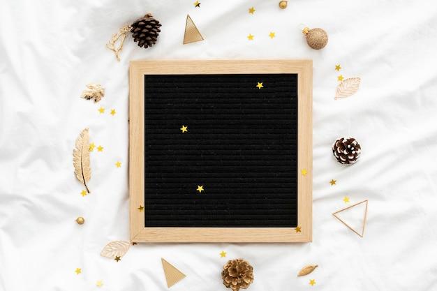 Leeg houten frame omgeven door kerstversieringen